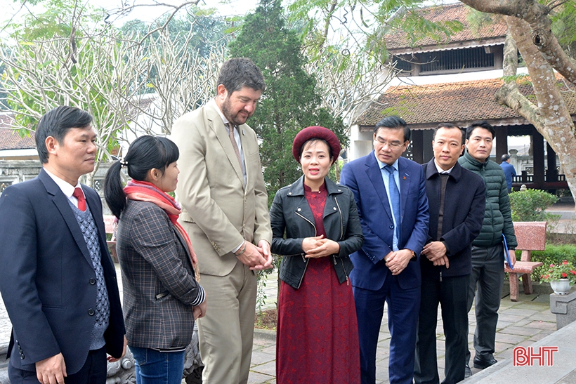 Đoàn công tác UNESCO tham quan các di tích Nguyễn Du và Nguyễn Công Trứ