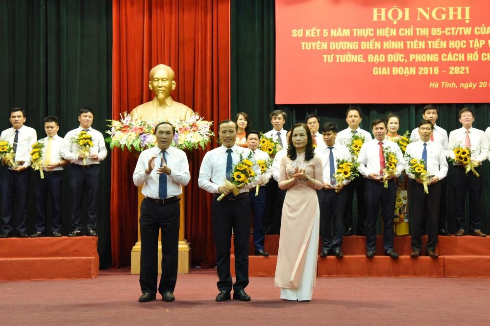 Bí thư Chi bộ Sở Ngoại vụ được vinh danh điển hình tiên tiến trong học tập và làm theo tấm gương đạo đức Hồ Chí Minh